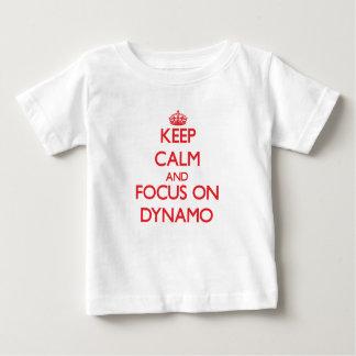 Guarde la calma y el foco en el dínamo camisetas