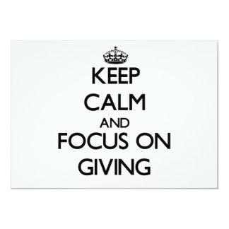 Guarde la calma y el foco en el donante invitación 12,7 x 17,8 cm