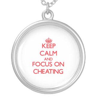 Guarde la calma y el foco en el engaño pendientes personalizados
