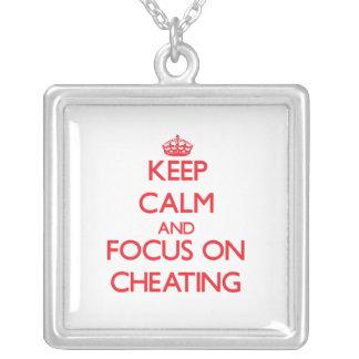 Guarde la calma y el foco en el engaño collar personalizado