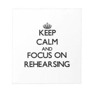 Guarde la calma y el foco en el ensayo blocs de papel