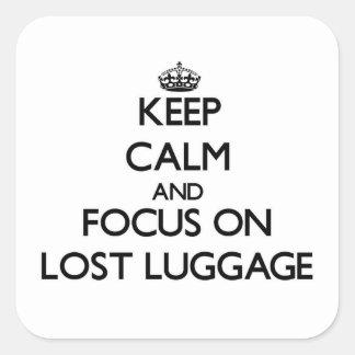 Guarde la calma y el foco en el equipaje Lost Pegatina Cuadrada