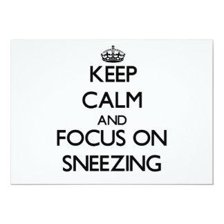 Guarde la calma y el foco en el estornudo invitación 12,7 x 17,8 cm