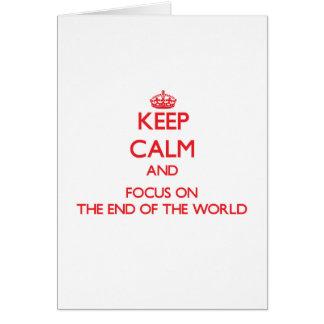 Guarde la calma y el foco en el extremo del mundo tarjeta de felicitación