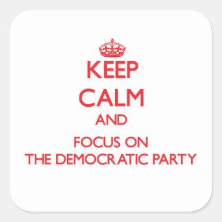 Guarde la calma y el foco en el fiesta Democratic Pegatina Cuadrada