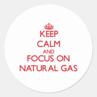 Guarde la calma y el foco en el gas natural etiqueta redonda