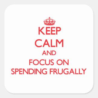 Guarde la calma y el foco en el gasto frugalmente pegatina cuadradas personalizadas