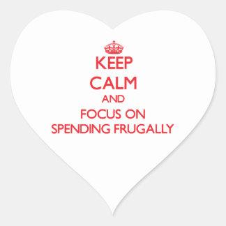 Guarde la calma y el foco en el gasto frugalmente calcomanías corazones