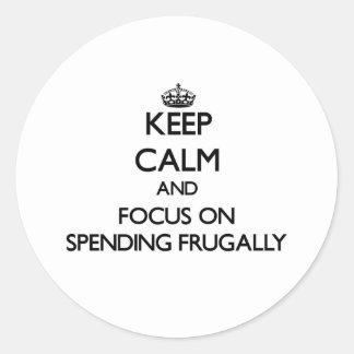 Guarde la calma y el foco en el gasto frugalmente pegatina redonda