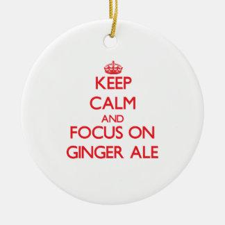 Guarde la calma y el foco en el ginger ale ornamento de reyes magos