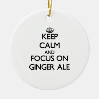 Guarde la calma y el foco en el ginger ale adorno de navidad