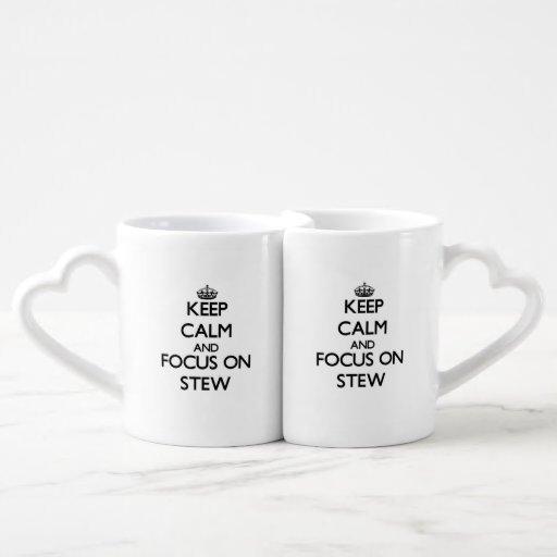 Guarde la calma y el foco en el guisado tazas para parejas