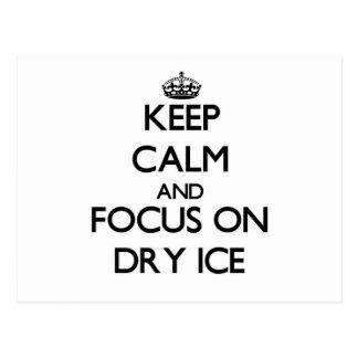 Guarde la calma y el foco en el hielo seco postal