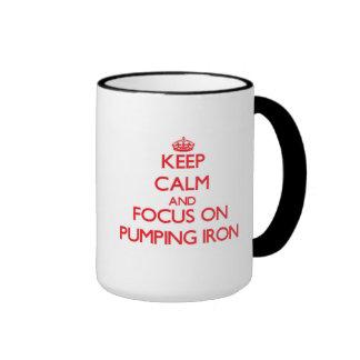 Guarde la calma y el foco en el hierro de bombeo tazas de café