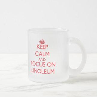 Guarde la calma y el foco en el linóleo taza cristal mate