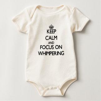 Guarde la calma y el foco en el lloriqueo mameluco de bebé