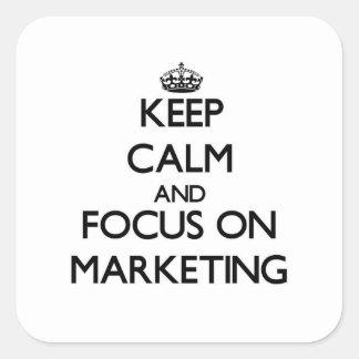 Guarde la calma y el foco en el márketing pegatina cuadrada