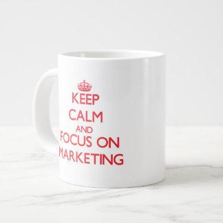 Guarde la calma y el foco en el márketing tazas extra grande