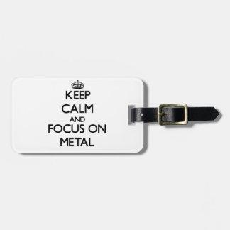 Guarde la calma y el foco en el metal etiquetas bolsa