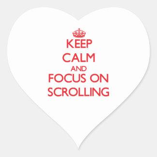 Guarde la calma y el foco en el movimiento en pegatina en forma de corazón