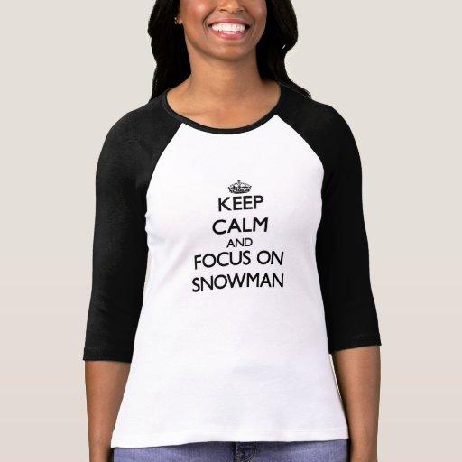 Guarde la calma y el foco en el muñeco de nieve camisetas