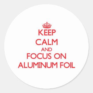 Guarde la calma y el foco en el papel de aluminio pegatina redonda