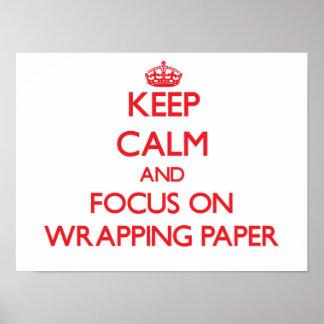 Guarde la calma y el foco en el papel de embalaje posters