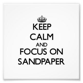 Guarde la calma y el foco en el papel de lija foto