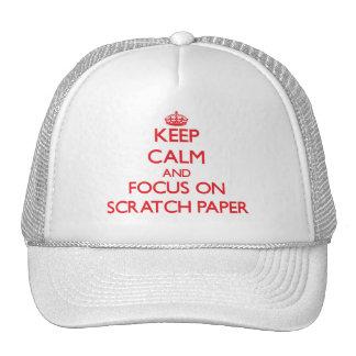 Guarde la calma y el foco en el papel de rasguño gorras de camionero