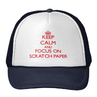 Guarde la calma y el foco en el papel de rasguño gorro