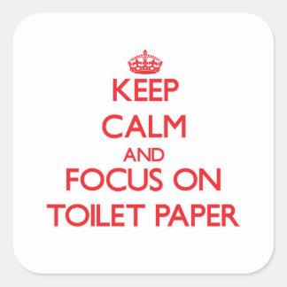 Guarde la calma y el foco en el papel higiénico pegatina cuadrada