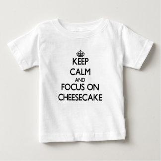 Guarde la calma y el foco en el pastel de queso t shirts
