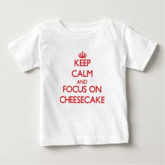 Guarde la calma y el foco en el pastel de queso camisetas