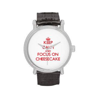 Guarde la calma y el foco en el pastel de queso reloj de mano