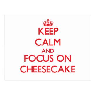 Guarde la calma y el foco en el pastel de queso tarjetas postales