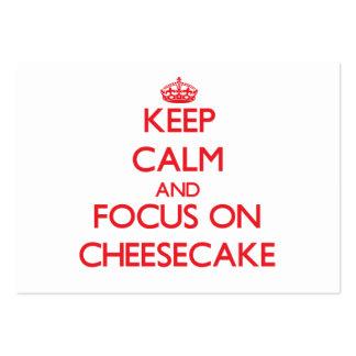 Guarde la calma y el foco en el pastel de queso tarjetas de visita grandes