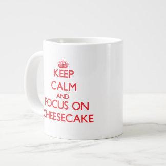 Guarde la calma y el foco en el pastel de queso taza de café gigante