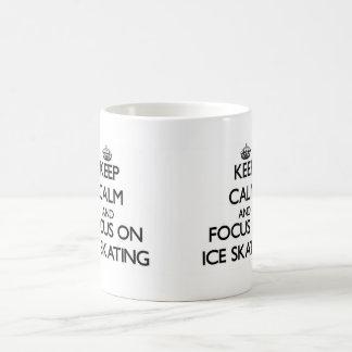 Guarde la calma y el foco en el patinaje de hielo taza básica blanca