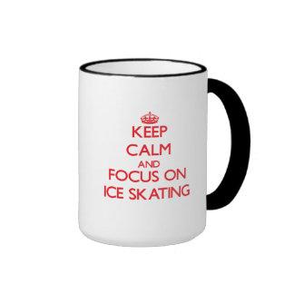 Guarde la calma y el foco en el patinaje de hielo taza a dos colores