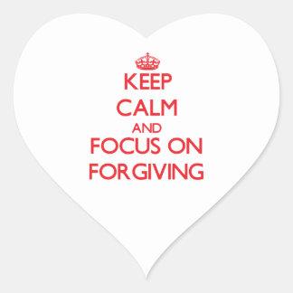 Guarde la calma y el foco en el perdón pegatina en forma de corazón