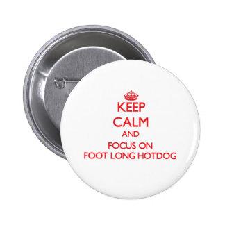Guarde la calma y el foco en el perrito caliente pin