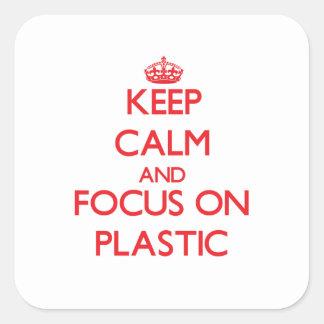 Guarde la calma y el foco en el plástico pegatina cuadrada