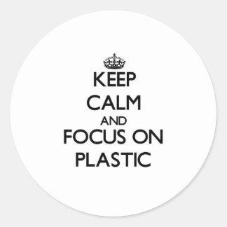 Guarde la calma y el foco en el plástico pegatina redonda