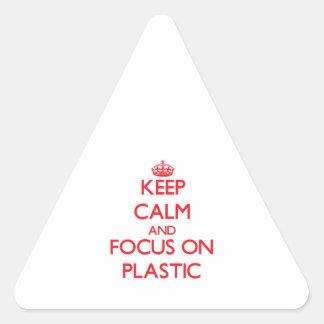Guarde la calma y el foco en el plástico pegatina triangular