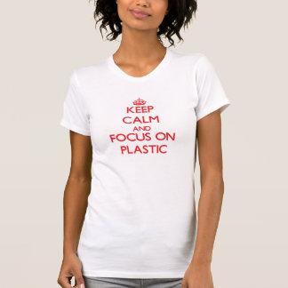 Guarde la calma y el foco en el plástico t shirts