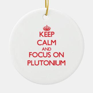 Guarde la calma y el foco en el plutonio adorno redondo de cerámica