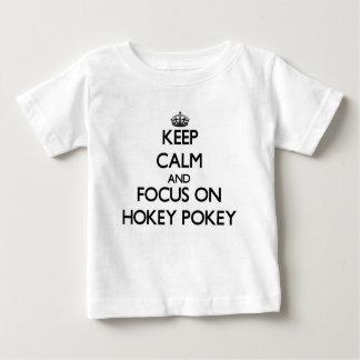 Guarde la calma y el foco en el Pokey de Hokey Playeras
