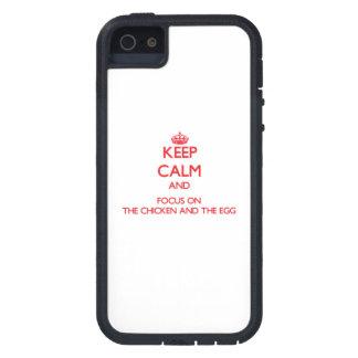 Guarde la calma y el foco en el pollo y el huevo iPhone 5 carcasa