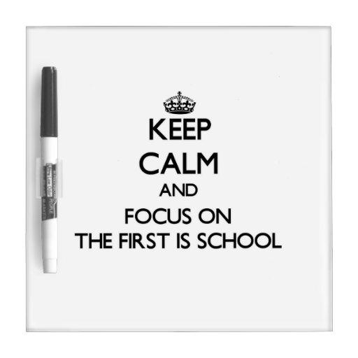 Guarde la calma y el foco en el primer es escuela tableros blancos