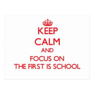 Guarde la calma y el foco en el primer es escuela tarjeta postal
